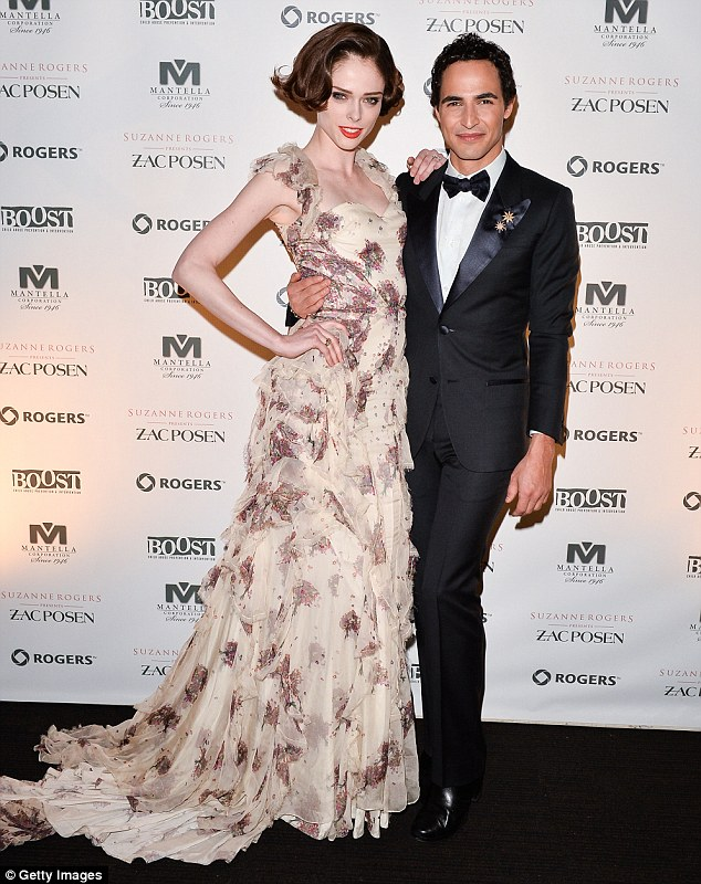 Amigos firmes: A estrela posou com o designer do momento, Zac Posen, enquanto usava um número chiffon floral