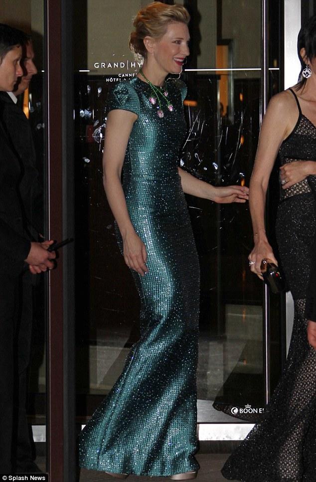 Simplesmente impressionante: A atriz australiana Cate Blanchett parecia tão elegante como sempre em uma cozinha equipada, cerceta vestido Armani Prive de gola alta no evento Chopard durante o Festival de Cannes na quinta-feira à noite