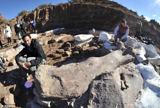 Penemuan: Ahli paleontologi Jose Luis Carballido (L) dan Ruben Cuneo berpose di samping tulang dinosaurus di sebuah peternakan di La Flecha,west of the Argentina's Patagonian city of Trelew/Photo by dailymail.co.uk