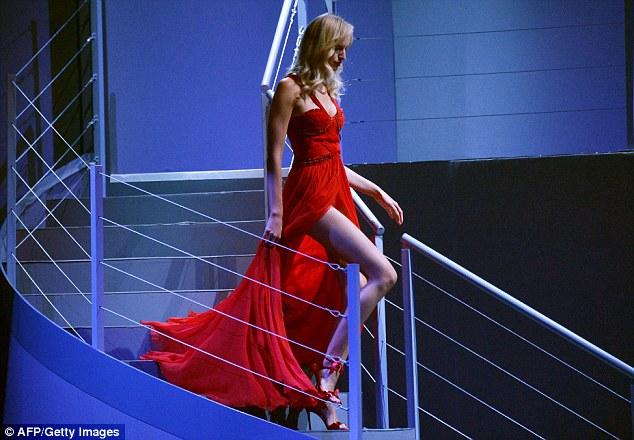 Leggy: Karolina Kurkova exibiu suas longas pernas esguias como ela caminhou alguns passos sinuosos