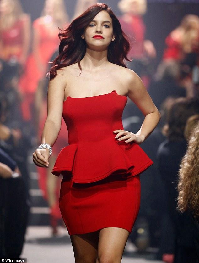 Impressionando Bieber?  Barbara Palvin usava um vestido vermelho curto com um detalhe peplum