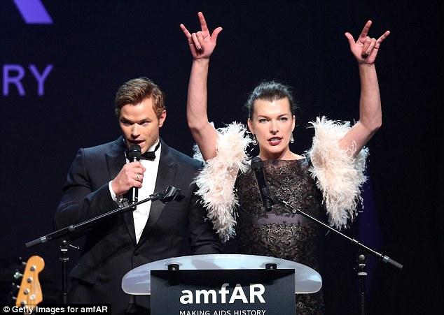 Rocha para fora: Kellan Lutz foi acompanhado por um de penas Milla Jovovich no palco para falar