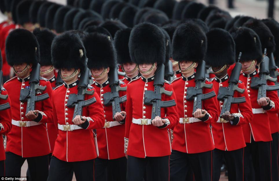 Rainha da Guarda: Quatro dos cinco protetores do pé regimentos da Divisão de Domicílios - os Guardas Galeses, Grenadier Guards, Scots Guards e os Guardas Coldstream - marcharam no desfile usando seus chapéus de pele de urso tradicionais e túnicas vermelhas