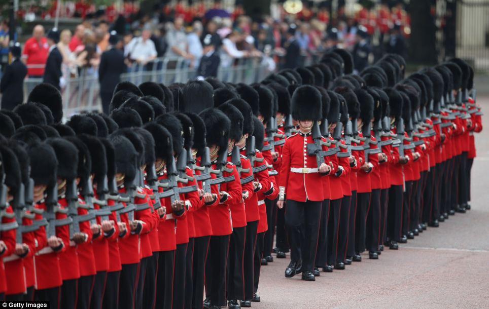 Tradicional: A cor que está sendo desfilado no Horse Guards este ano era a bandeira de Nijmegen Companhia Grenadier Guards