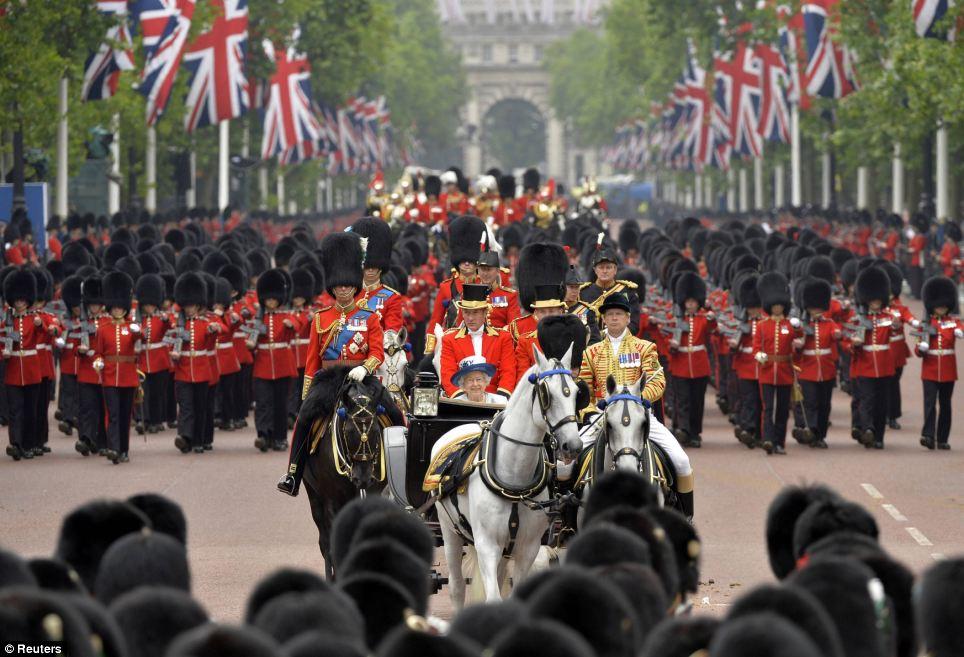 Tropas: A rainha monta abaixo The Mall como ela retorna para o Palácio de Buckingham durante o agrupamento anual a cerimónia da cor