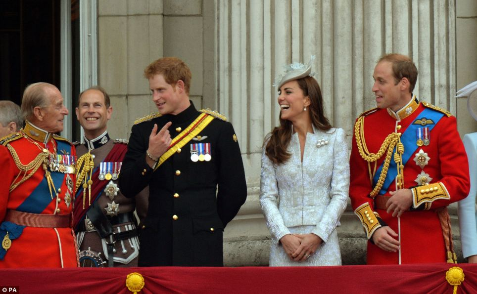 Compartilhando uma piada: O duque de Edimburgo, o príncipe Harry, a duquesa de Cambridge eo duque de Cambridge (esquerda para direita), partilhar uma piada na varanda do Palácio de Buckingham após o agrupamento do desfile Cor