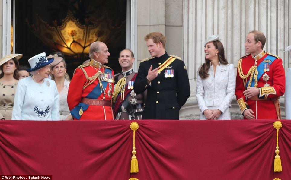 Os artistas: Príncipe Harry eo príncipe Philip manter o resto da família se divertir enquanto estão na varanda do Palácio de Buckingham para o sobrevoo RAF
