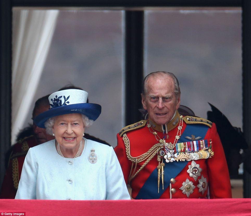 Rainha Elizabeth eo príncipe Philip passo para a varanda do Palácio de Buckingham durante a parada do aniversário