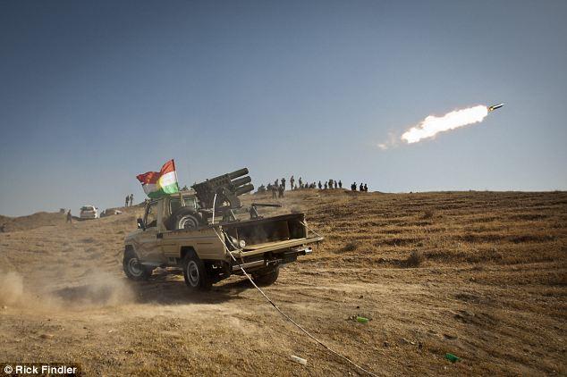 Forces armées combattantes feu de l'artillerie lourde kurde dans ISIS tenu territoire Jalula cours de violents combats avec les militants ISIS, quelques instants avant un airstirke irakien tué accidentellement plusieurs combattants kurdes