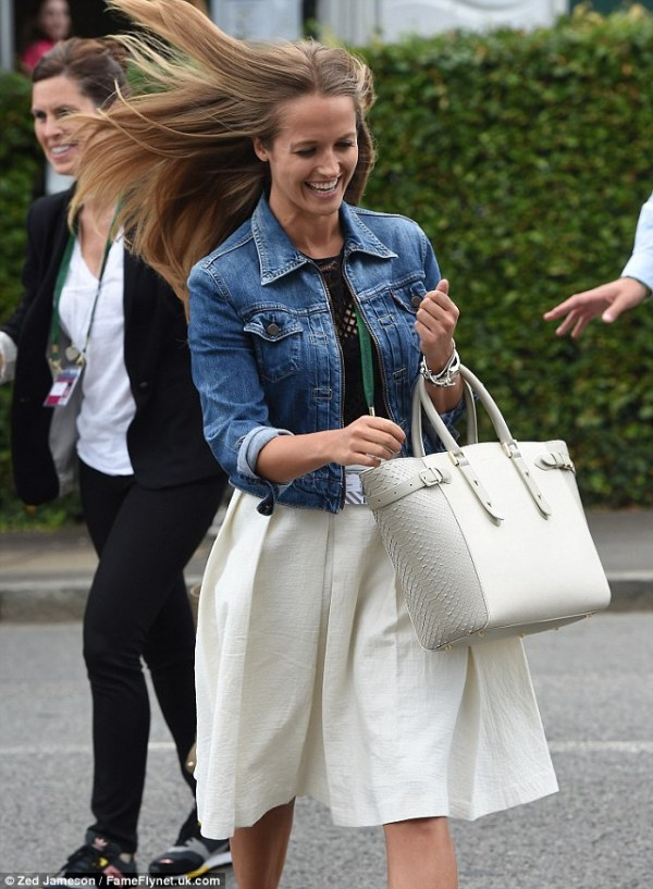 Kim Sears arrives at Wimbledon carrying her beloved ...