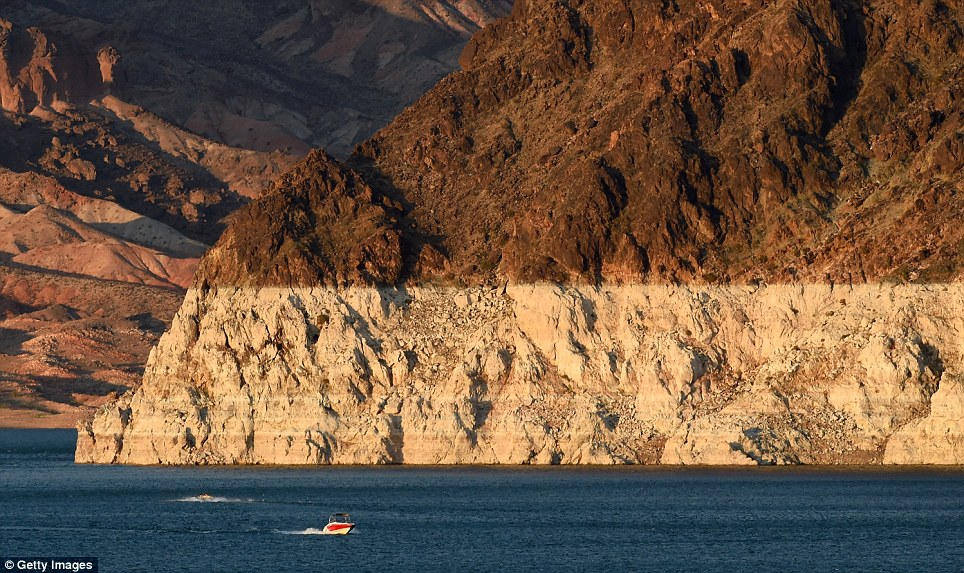 Fourteen YEAR Drought Leaves Lake Mead At All Time Low Daily Mail Online