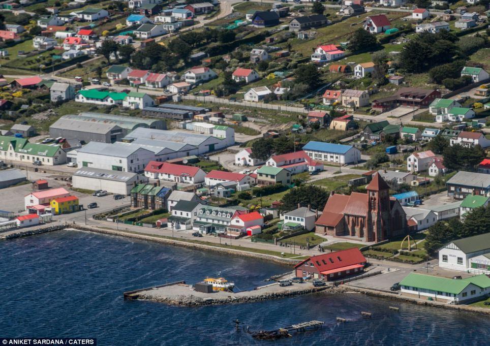 Como parte da competição para encontrar as imagens, Falkland Islands Governo pediu o material de fotógrafos amadores e profissionais em diversas categorias, incluindo fauna, paisagens, património, a vida na ilha e as pessoas