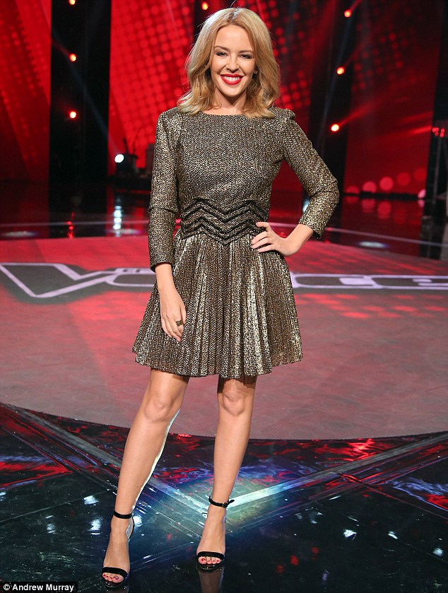 Kylie Minogue en robe courte à la scène de «The Voice»