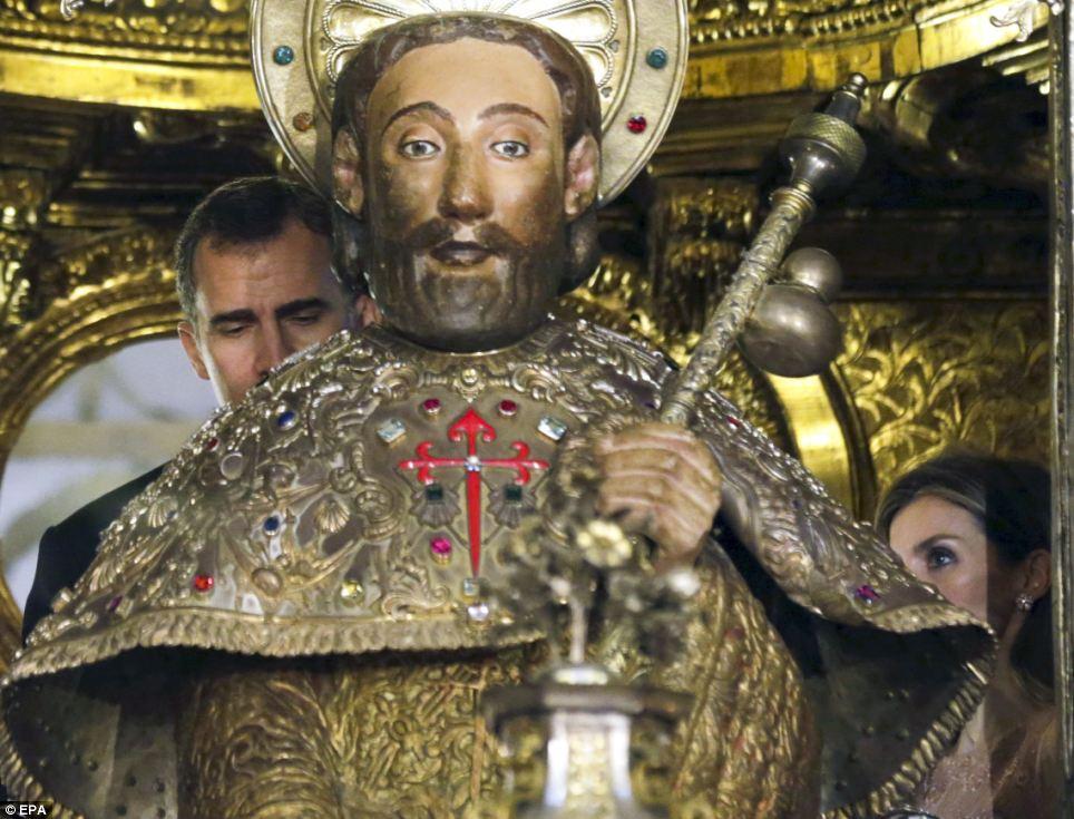 Rei Felipe da Espanha é retratado espiando atrás da estátua de São Tiago na Catedral de Santiago de Compostela durante a visita real