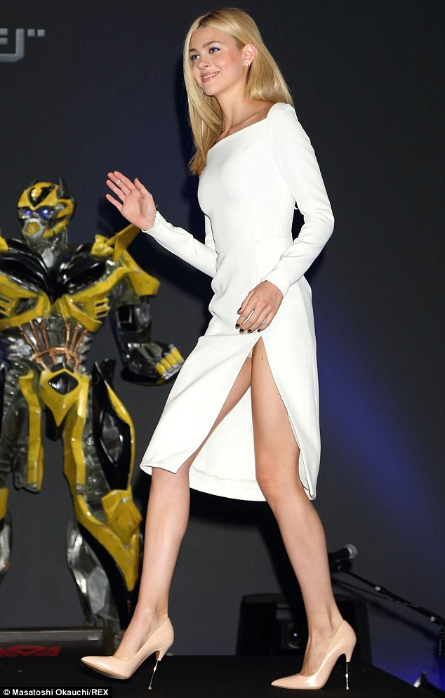 Nicola Peltz sexy en robe blanche fendue