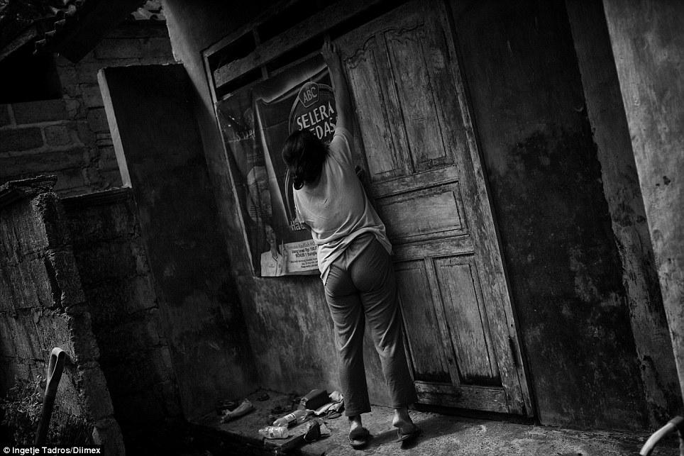 """A mãe de Ketut é desbloquear o quarto onde ela realizou seu filho desde 2006 """"Ele era muito agressivo e roubaram uma vaca, então ele começou a me bater e até tentou matar seu pai, que não tinha escolha, mas para acorrentá-lo e prendê-lo , disse ela"""