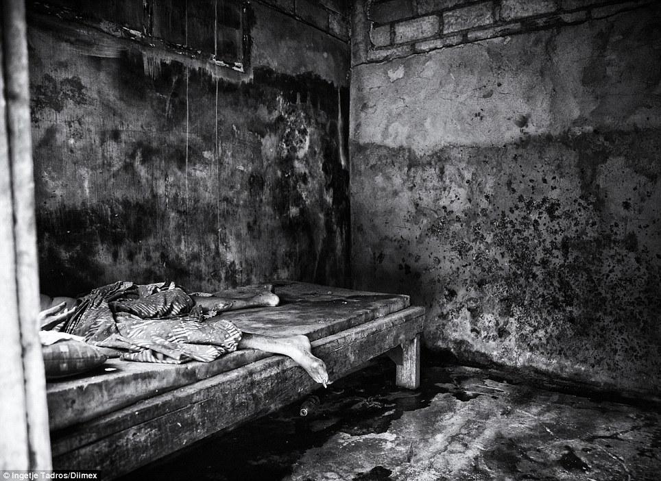 Dr. Suryani encontrado Ketut em 2011, onde ele havia sido preso e acorrentado em um quarto fedido escuro desde 2006, começou a tratá-lo ea família era capaz de livrá-lo da cadeia, mas o medo do que ele pode fazer deixa a família com escolha a não ser mantê-lo trancado em um quarto
