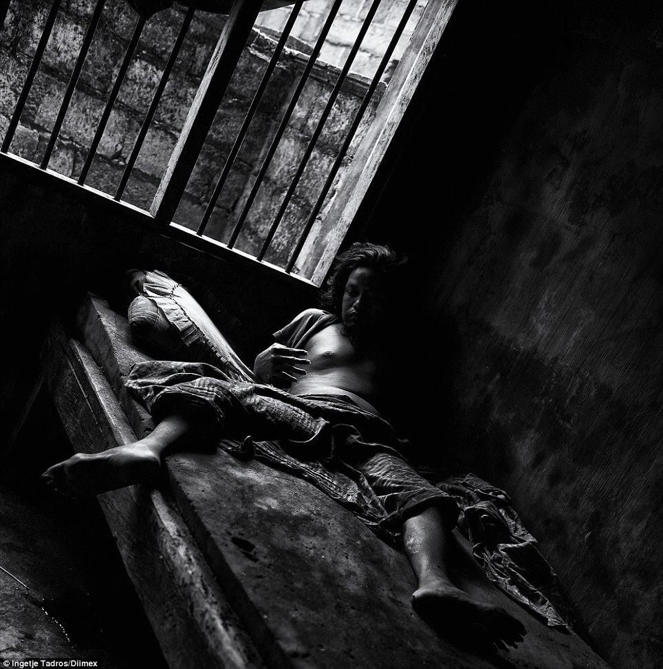 Por mais de oito anos Ketut foi preso neste quarto escuro e imundo.  Unwashed e indesejada