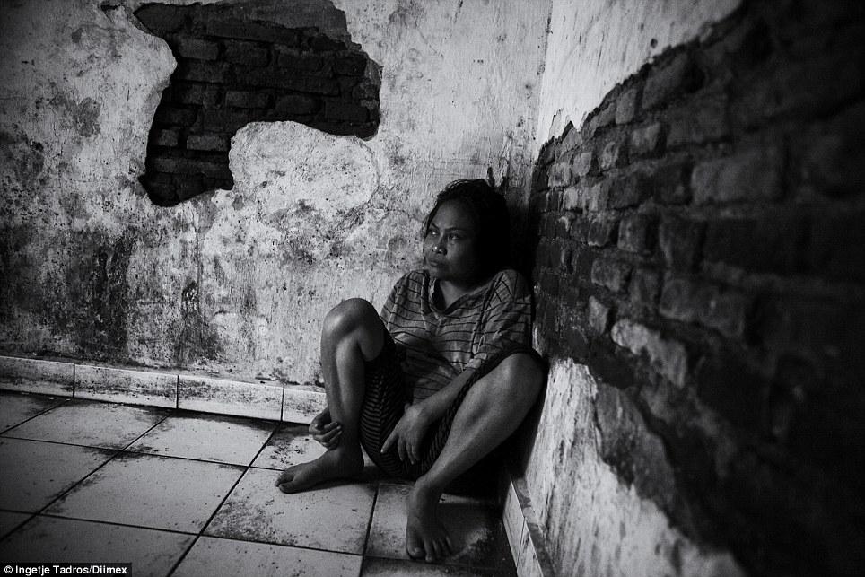 Kadek senta em sua própria sujeira corporal manchado pelo chão.  Não há janelas, portanto, ausência de ventilação.  A porta é de ferro chapa de metal com uma pequena janela e fora, ele é fixado com um grande cadeado