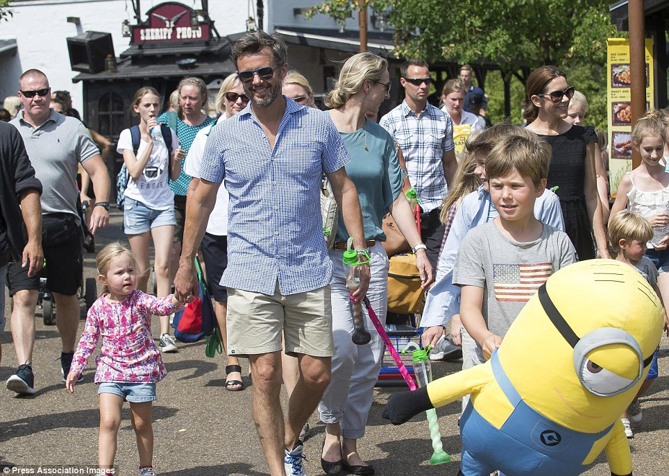 O príncipe herdeiro Frederik (centro) passeavam Legoland em Billund com sua filha mais nova princesa Josephine (à esquerda) eo filho mais velho príncipe Christian (à direita)