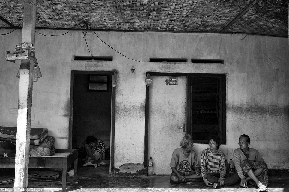 Komang tem sentado em um quarto escuro por mais de cinco anos.  'Komang Era uma vez um empregada doméstica em Denpasar e algo aconteceu lá, mas até mesmo os médicos não sabem o que aconteceu, ela não consegue mais andar, seu corpo travou-se a esta posição'