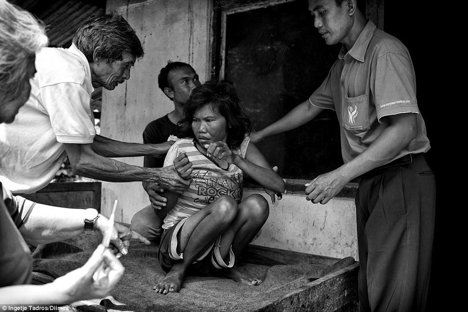 Wayan foi acorrentado e trancado no galinheiro por muitos anos e como a família se mudou, ela agora vive com sua mãe em uma cozinha.  Wayan está recebendo tratamento, mas não é capaz de se comunicar e dificilmente é capaz de andar
