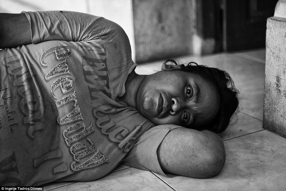 Wayan foi lançado em abril de dezesseis de 2013, depois de ser preso por 14 anos em um quarto escuro e pouco ao lado da casa da família.  Agora traumatizada e não poder falar, ela apenas estabelece em frente da porta, em sua casa de família.  Ela recebe medicamentos e acompanhamentos de Dr. Suryani