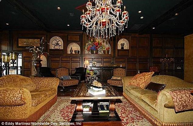 Sanctuary: A casa é o lugar onde o Rei do Pop viveu depois que ele voltou para os Estados Unidos do Bahrein, onde ele se refugiou depois de ter sido absolvido das acusações de abuso sexual infantil em 2005