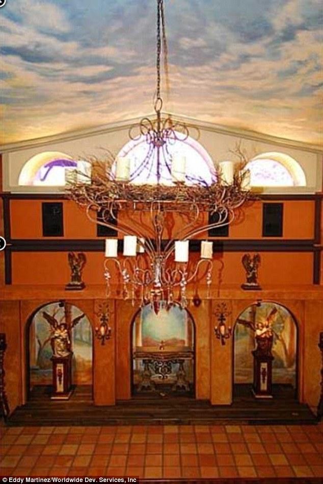 Santo lugar: Os chamados esportes de dois andares 'Neverland Capela' e um lustre gigante no centro