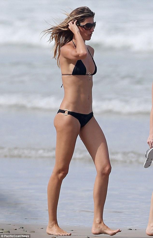 Flawless: Gisele Bundchen mostrou sua figura enfraquecida em uma pequena duas peças preto como ela gostava de um dia na praia com sua família na segunda-feira em Costa Rica
