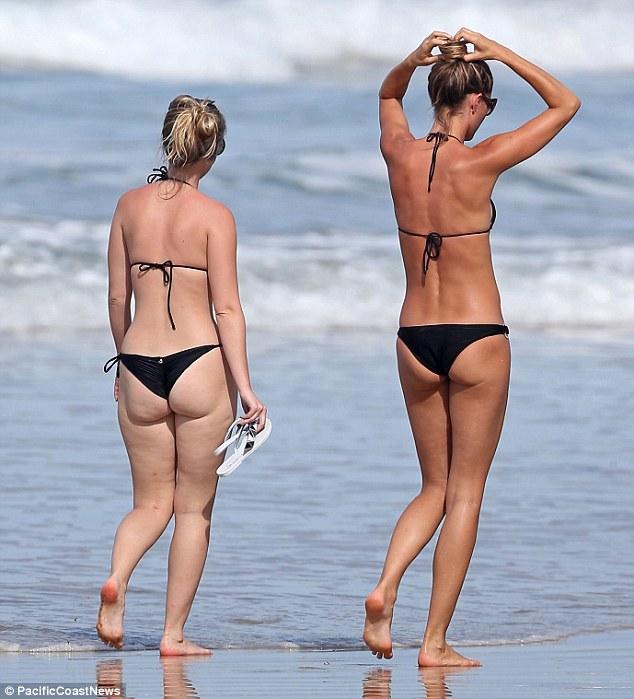 Matchy matchy: Rafaela também optou por um biquíni preto e carregava um par de sandálias brancas
