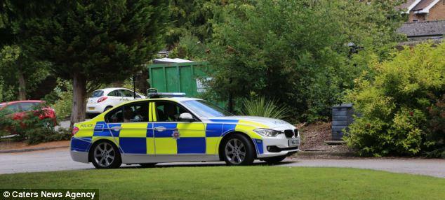 O casamento não foi sem problemas - o carro da festa nupcial quebrou, então eles pegaram uma carona com a polícia