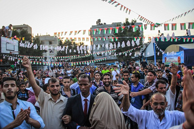 L'école de l'ONU a été affublée d'un nuage de ballons et de danseurs multicolores que les célébrations ont jusque tard dans la nuit avant l'extension du cessez-le feu a été annoncé, en permettant aux parties de continuer à négocier un accord de fond pour mettre fin à la guerre dans la bande de Gaza.