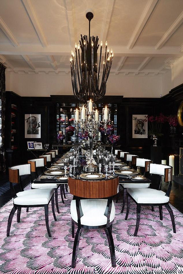 Les Ecclestones aiment avoir des amis à dîner;  cette salle à manger remarquable de 12 places
