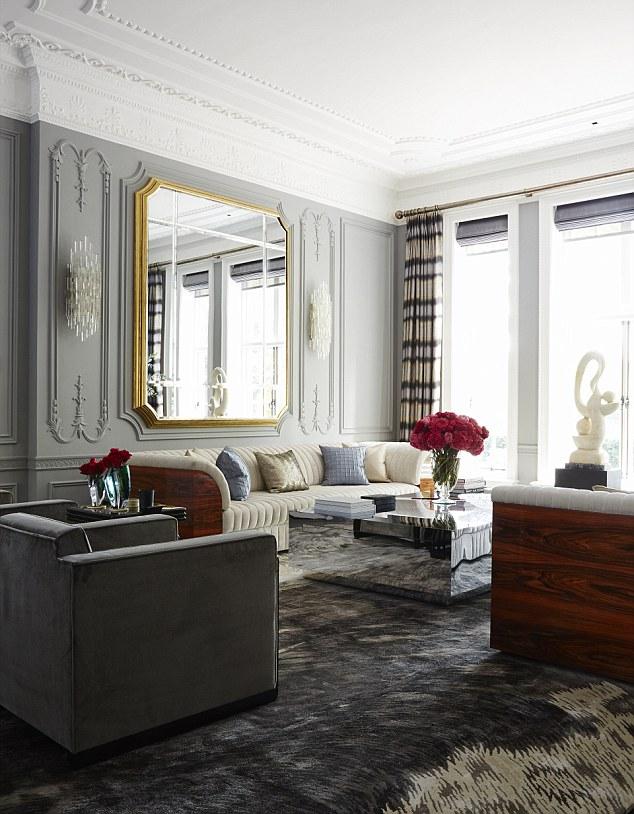 A sala de estar formal na casa - apenas um de seus 57 quartos - onde Tamara e seu marido entreter
