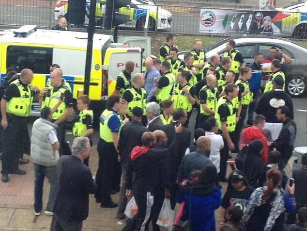 Forte présence policière: Plusieurs officiers ont été photographié à l'extérieur du Birmingham Tesco lors de la manifestation