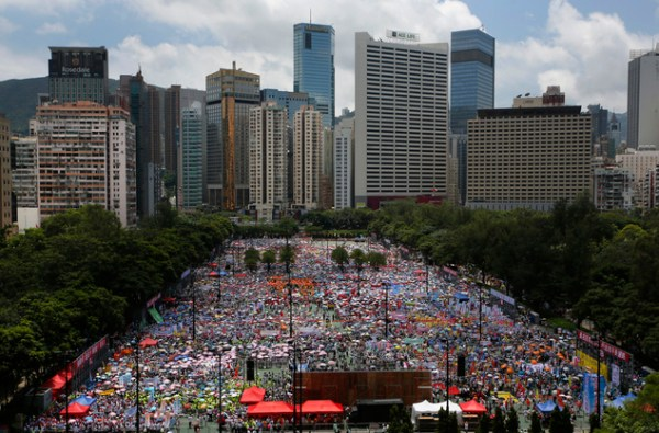Tens of thousands stage Hong Kong pro-gov't rally | Daily ...