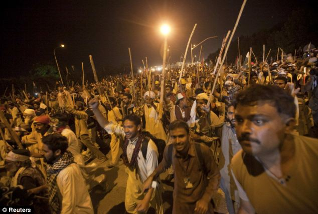 Pakistani police have fired tear gas at thousands of protesters as they tried to march towards the prime minister's home in the capital, Islamabad