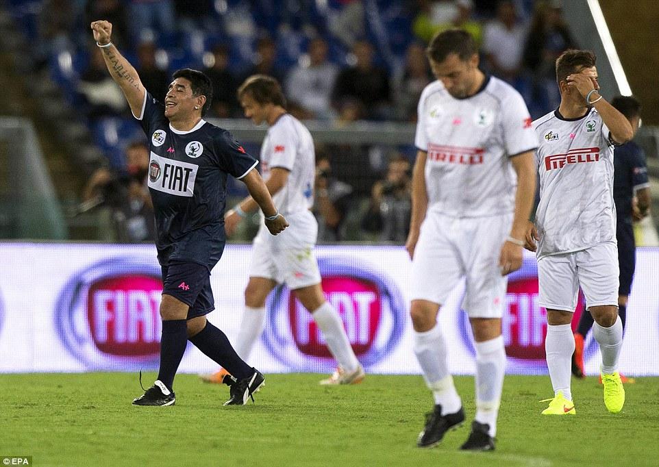 Argy bargy: Diego Maradona celebra su equipo tomar la delantera en la primera mitad en el Estadio Olímpico de Roma