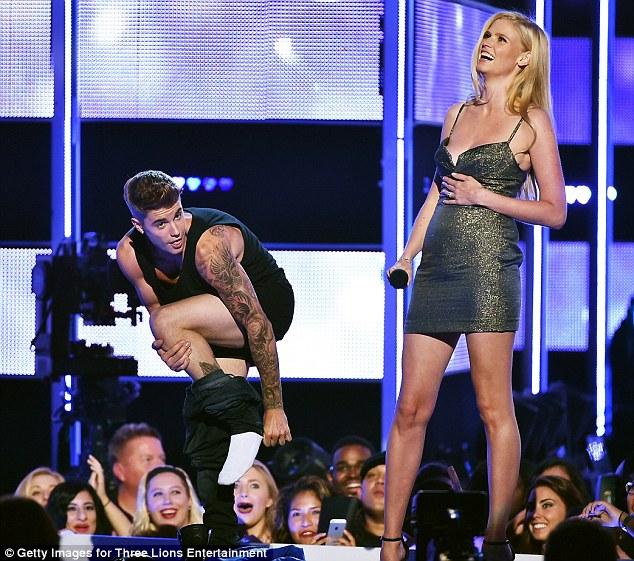 ozara gossip: Lara laughing as Justin Bieber strips-off on Fashion Rocks, crowd surprised