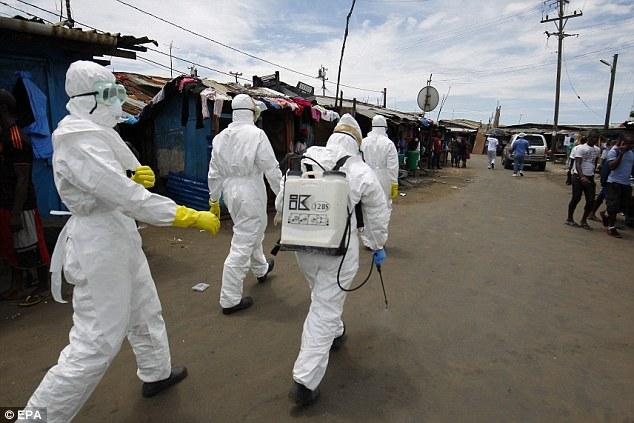El equipo se abren paso a través de las calles de Monrovia.  La mayoría de las víctimas de Ébola han sido en África Occidental, en países como Liberia, Sierra Leona y Guinea