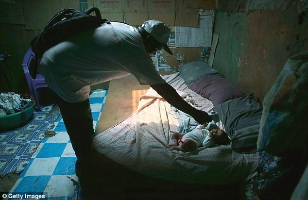 De dos meses de edad bebé Benson, quien se teme estar sufriendo de Ebola.  Dr. Peter Jahrling cree que la carga viral en pacientes de Ebola es mucho mayor de lo que están acostumbrados a ver