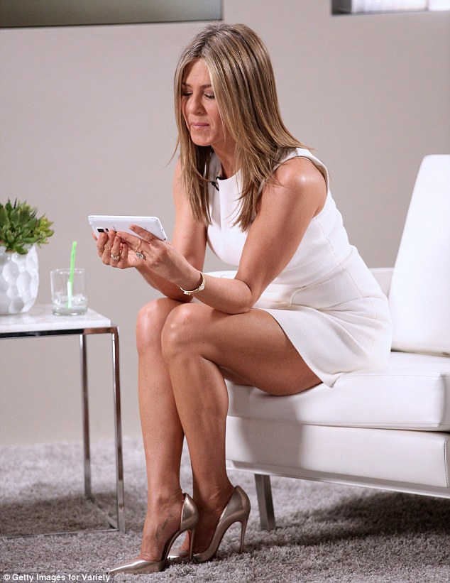Jennifer Aniston Cosies Up To Fiance Justin Theroux At