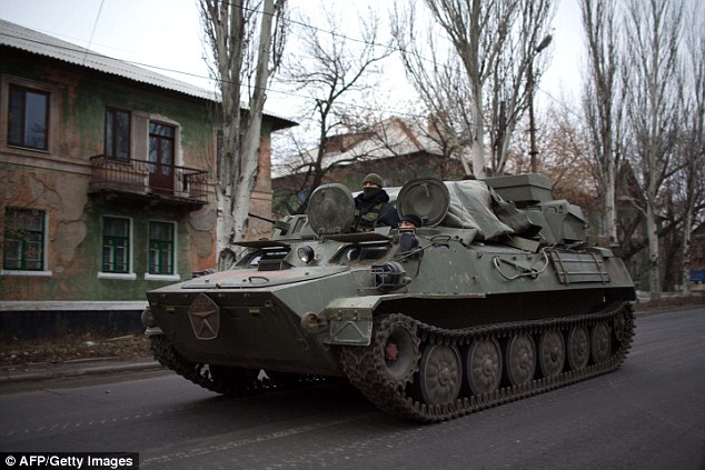 Fuerza: Un transporte blindado de personal perteneciente a los separatistas pro-rusos viaja en una carretera principal a través de los rebeldes territorio cerca del pueblo de Ucrania al este de Torez