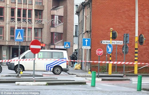 Tres hombres han sido detenidos, sin signos de violencia utilizada, según la prensa local