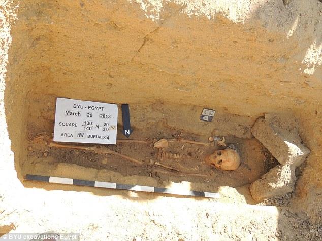 Ce squelette a été trouvé enseveli dans un triangle en forme de voûte inhabituelle au fond d'un puits funéraire
