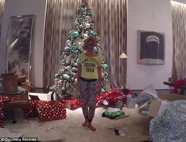 Beyonce Sends Out Festive Holiday Card Using Scene From 711 Daily Mail Online