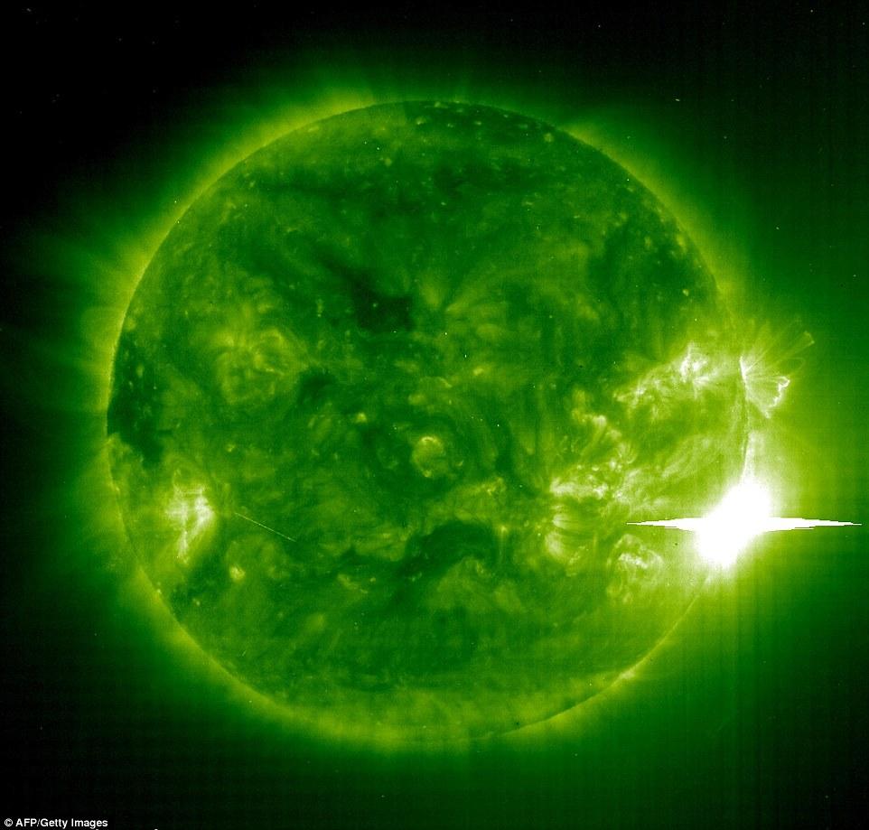 Este 04 de noviembre de imagen de 2003 muestra la mancha solar gigante 486 (abajo-R) 486 desatando otra poderosa llamarada solar. La radiación ionizante golpeó la atmósfera de la Tierra poco después de la explosión y causó un apagón de radio severa, que los oyentes de radio notaron en toda América del Norte.