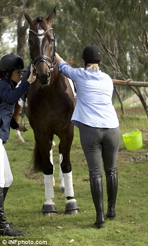 Zara Phillips struggles to mount her horse at prestigious ...