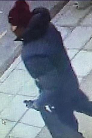 La policía describió al hombre como con edades comprendidas entre 25 y 30 años de edad, de complexión atlética y apariencia árabe y que lleva un arma automática negro